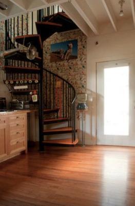 Abajo. Subiendo escaleras caracol. Sala de juego o el yoga.