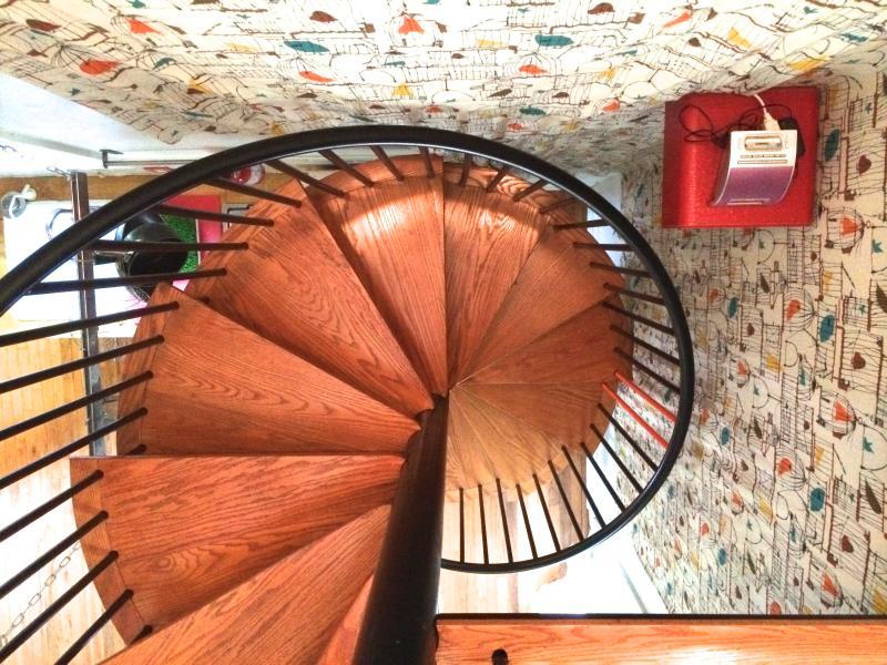 Escaleras caracol conectan arriba y abajo.