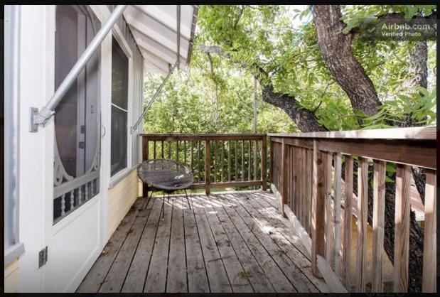 Arriba de la cubierta en los árboles.  Leer, revise su correo electrónico, humo, meditar.