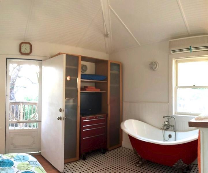 Arriba de la bañera y puerta privada cubierta de árboles.