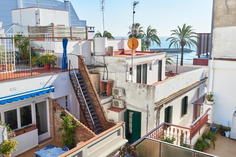 Ático dúplex con terraza, vistas al mar y WIFI, vacation rental in Sitges