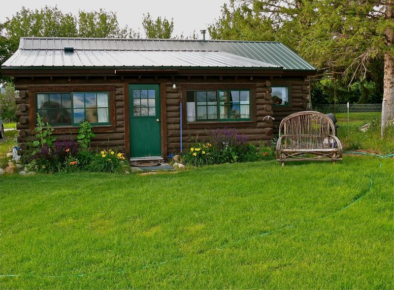 Cozy Cabin in Heart of Quiet Town & Fishing Waters, holiday rental in Sheridan