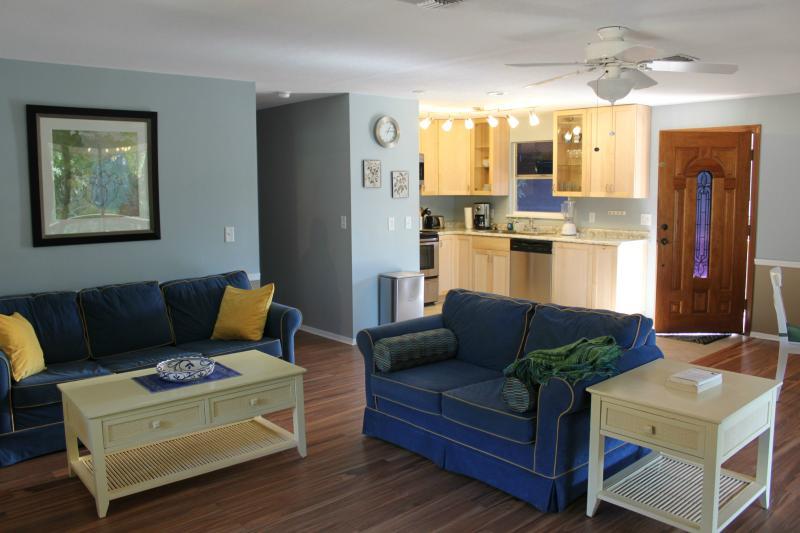 Vista desde la sala de estar - cocina y puerta principal