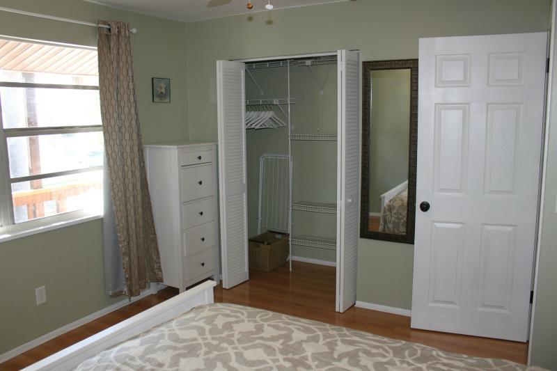 Amplio placard dormitorio #2 con toallas de playa, más mantas, almohadas y toallas de baño