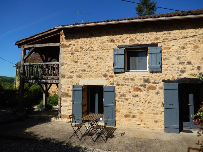 TERRASSE - PRETTY COTTAGE WITH PRIVATE POOL, GARDEN AND FABULOUS RAISED TERRACE, holiday rental in Saint Pompon