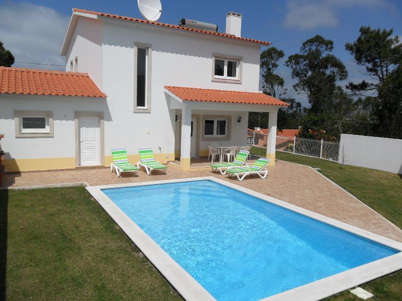 Spacious villa with private pool and internet in village near Sao Martinho, location de vacances à Sao Martinho do Porto