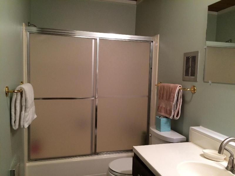 Nuovo bagno, con combo completo di vasca/doccia.