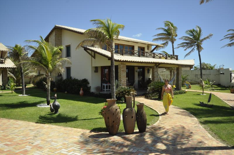 Amazing Beachfront 4 Bedroom Villa – Sleeps 8, Ferienwohnung in Beberibe