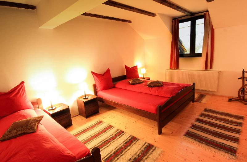 Triple room at Casa Mosului on Transfagarasan, location de vacances à Cartisoara