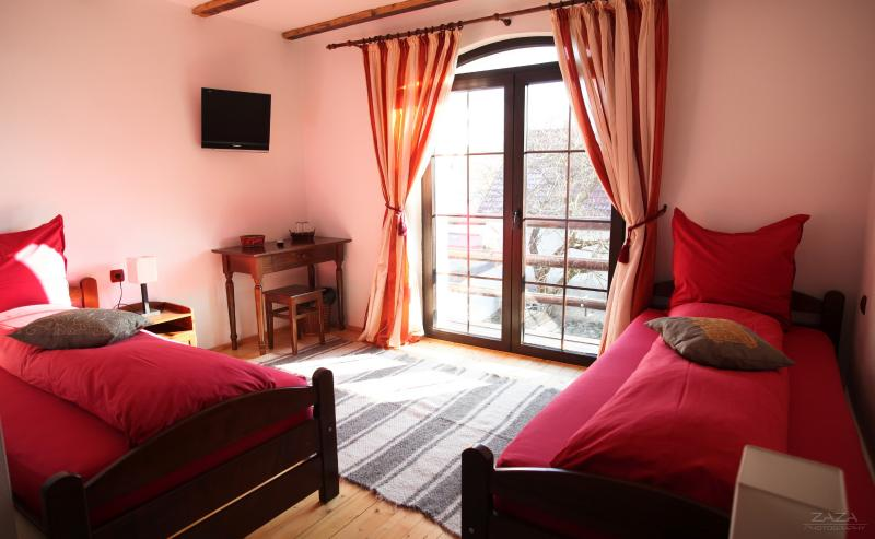 Double room with balcony on Transfagarasan, alquiler de vacaciones en Victoria