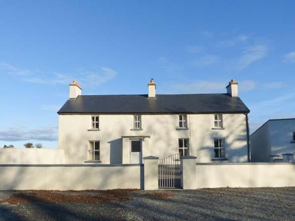 GRANGE FARMHOUSE, pet friendly, character holiday cottage, with a garden in, vacation rental in Bannow