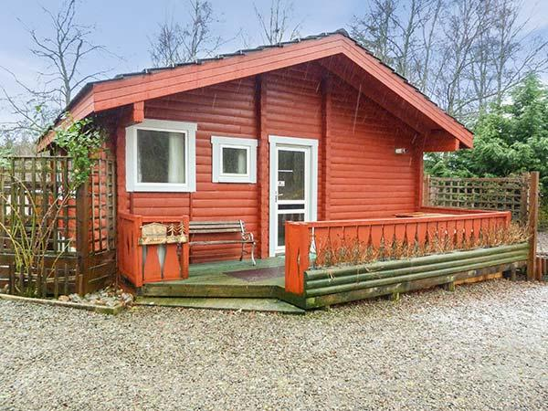 SPRUCE LODGE, detached log cabin, single-storey, pet-friendly, walks and cycle, holiday rental in Ross and Cromarty