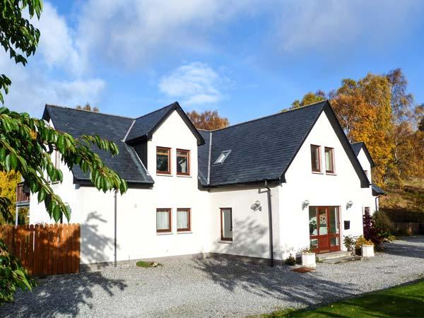 AN TORR, en-suite facilities, WiFi, private orchard, spacious cottage in, vacation rental in Dalwhinnie