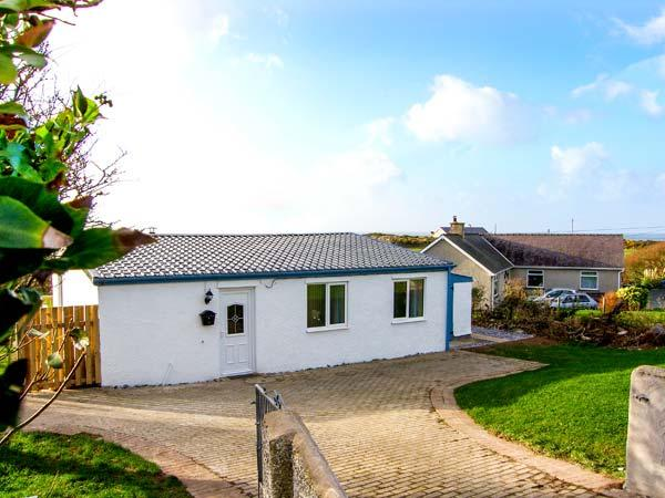 HARBOUR LIGHTS, detached, ground floor cottage, 5 mins walk from beach, vacation rental in Rhydwyn