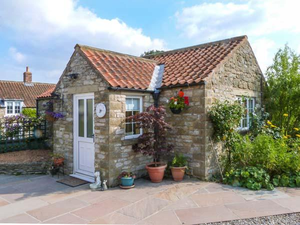 PEG'S COTTAGE, detached, ground floor, WiFi, gas fire, garden with furniture, holiday rental in Harome