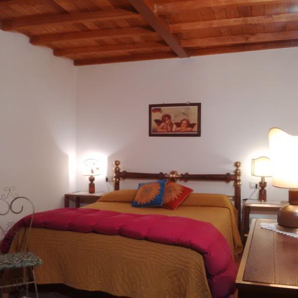 Camera da letto matrimoniale, giardino a livello #villatorredicolonne #fiesolerentals