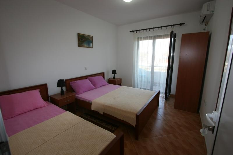 Apartments StellaMaris.Me Triple Room, holiday rental in Donji Stoj