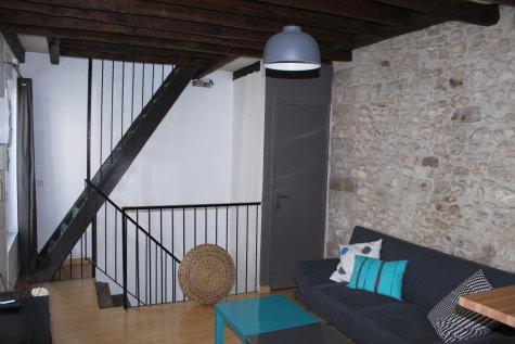 pièce principale avec escalier