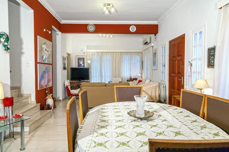 VERY BEAUTIFUL HOUSE WITH GARDEN, aluguéis de temporada em Neo Psychiko