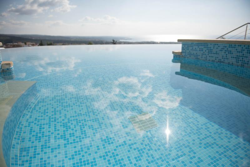 Jacuzzi and infinity swimming pool in mid December! The views from the pool are breathtaking.
