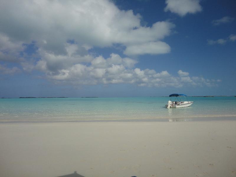 Hyr en båt från Minns vattensporter och utforska orörd cays, stränder och korallrev