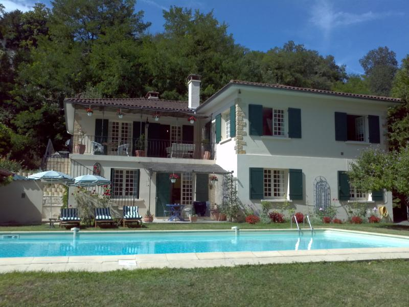 French Family House & Large Pool in pretty village, holiday rental in Bonnes