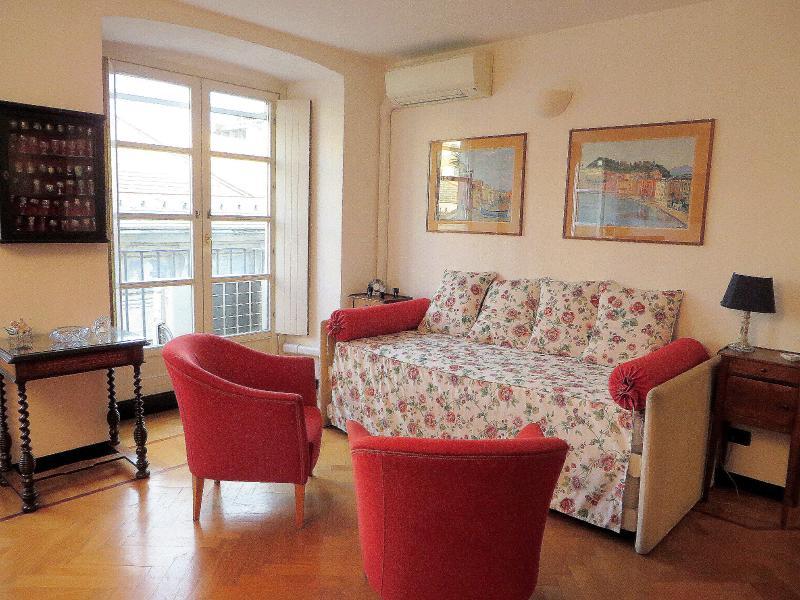 La salle de séjour avec divan-lit