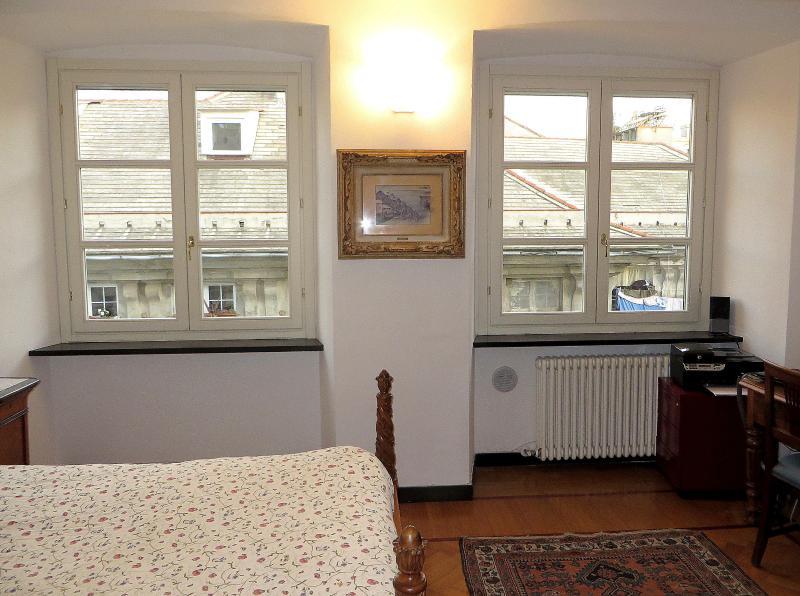 Les fenêtres de deux chambres à coucher