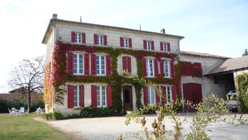 chambre 45 m2 dans maison bourgeoise pour 4/5 pers, holiday rental in Reignac