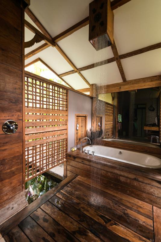 Semi bagno all'aperto con doccia a pioggia