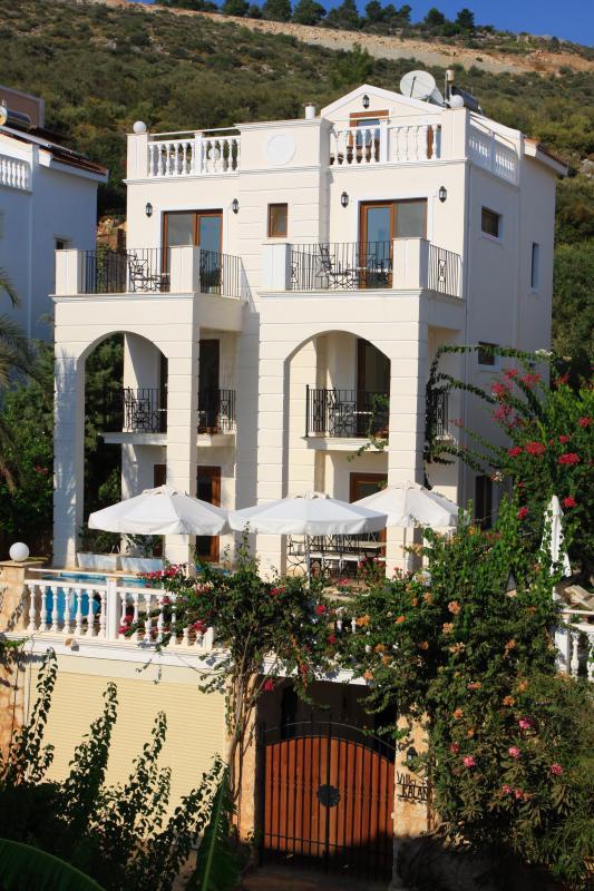 large detatched 4 ensuite bedroomed villa