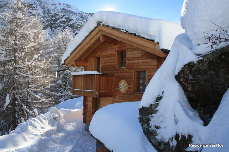 Chalet Hinter dem Rot Stei, Jacuzzi, Sauna, ski in - ski out, holiday rental in Canton of Valais