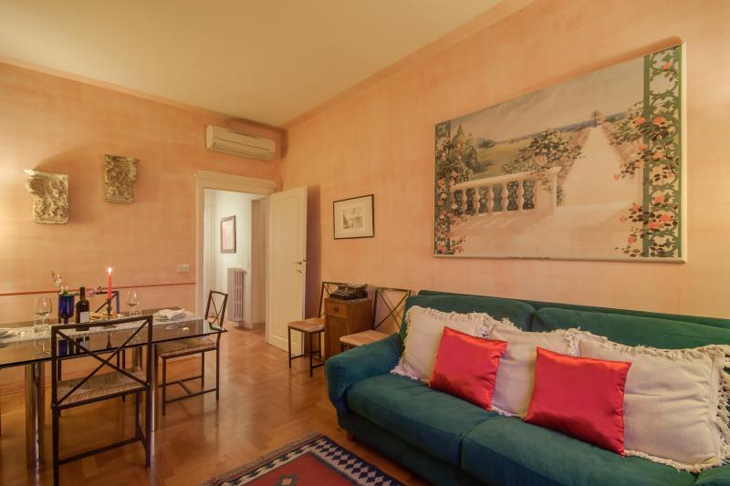 THE COMFORTABLE LIVING ROOM WITH THE VIEW ON PIAZZA DEL MERCATO NUOVO AND THE FLORENTINE ROOFS