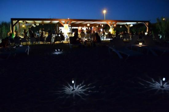 Chiringuitos en la playa de canet de mar, en las noches de verano