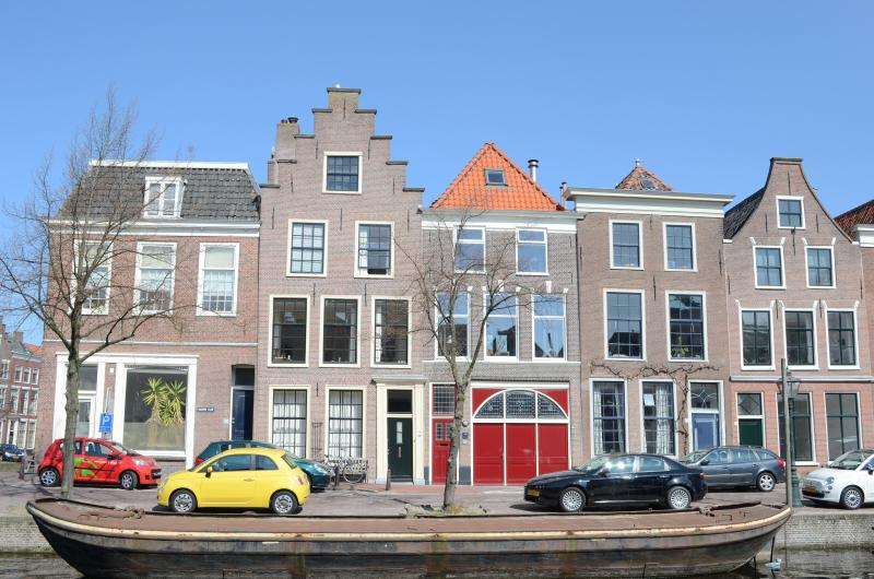 Splendid Locations alongside the canal with the famous red doors