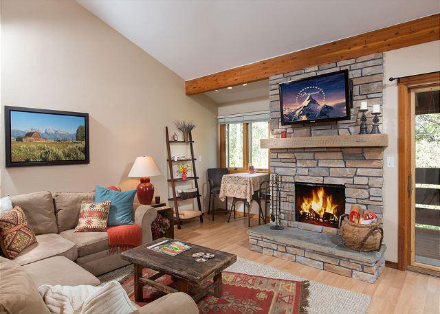 622 Tamarack - living room