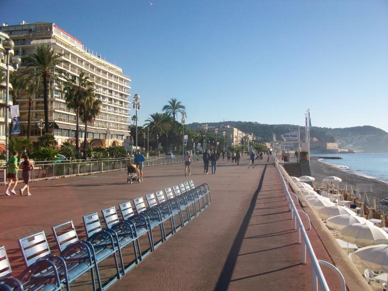 Il lungomare di Nizza, la Promenade des Anglais, la spiaggia a soli 50 metri dall'appartamento.