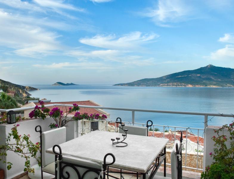 MANZARALI balcon s'enroule autour de la longueur entière & largeur de la propriété avec une vue à couper le souffle