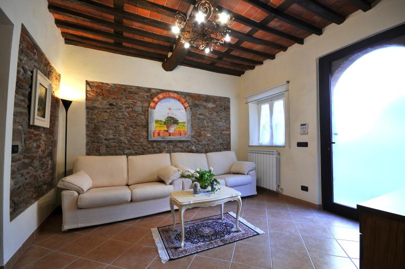 Anthea home short walk from the historic centre four bicycles free and parking!, holiday rental in Lucca