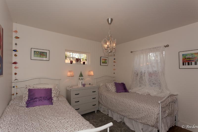 Dos camas individuales en el segundo dormitorio