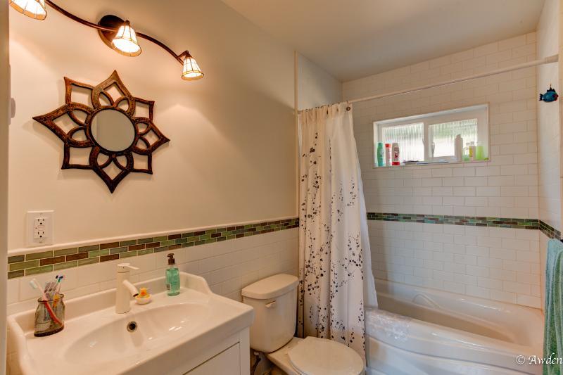 Cuarto de baño con azulejo mexicano irridescent hermosa