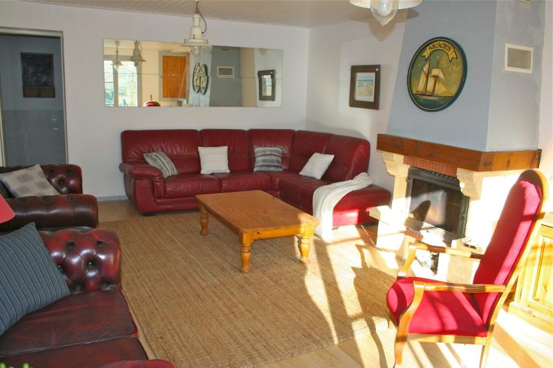 The living room with its fireplace, large enough to accommodate big families or groups of 10 people