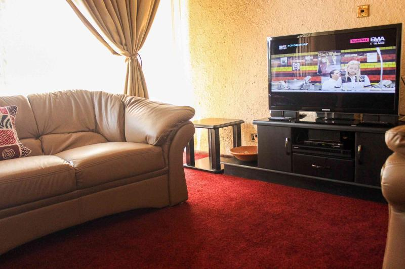 Lolo's 1 Bedroom Apt-10mins walk to CBD(Free WiFi), holiday rental in Chitungwiza
