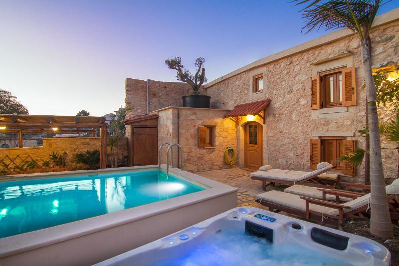 Villa Salis - Luxury Villa with Pool & Hot Tub!, alquiler vacacional en Kaloniktis