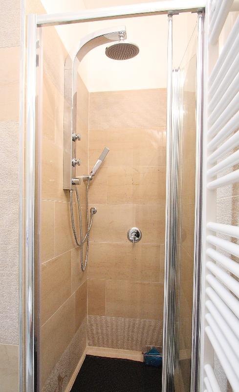 cuarto de baño - ducha con idrojet