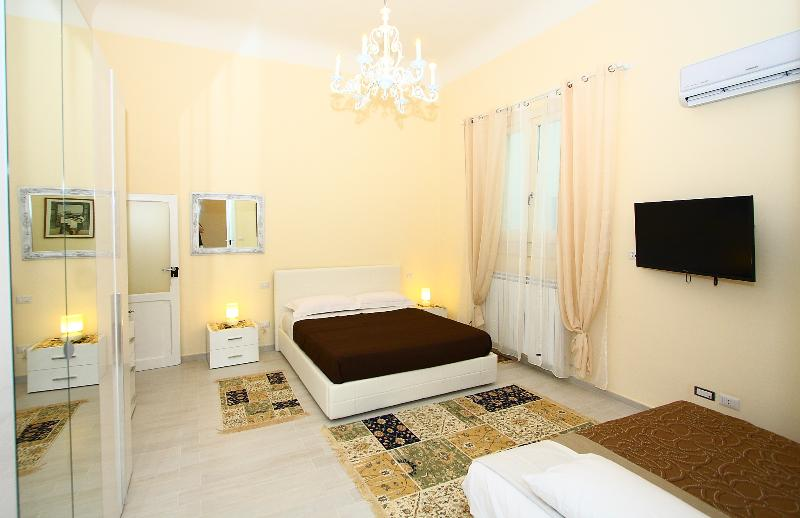 CENTRAL STYLISH APARTMENT + WIFI + SAFE PARKING, Ferienwohnung in Bari