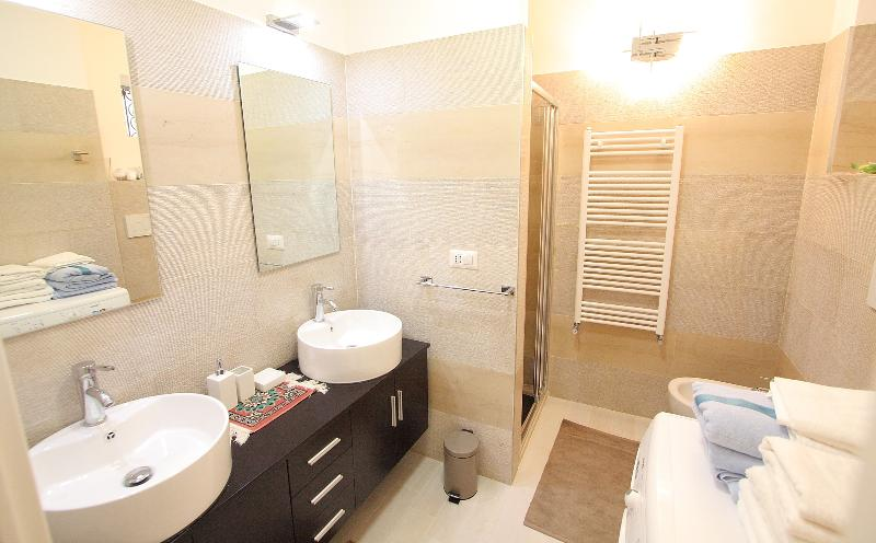 cuarto de baño en piedra real Apulia