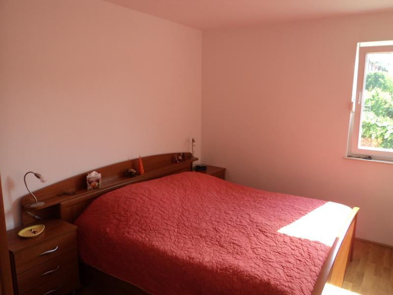 The 6' (180 cm) queen bed