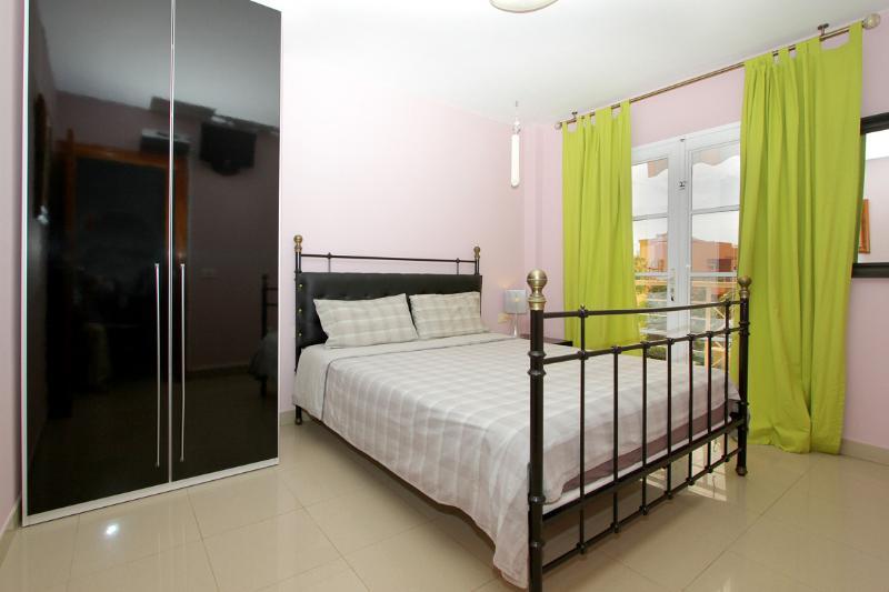El dormitorio principal, cama 1,60x2,00, balcón ** The main bedroom, double bed 1,60x2,00, balcony