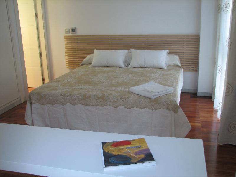 Chambre 1: chambre double avec salle de bain privée et accès à la terrasse